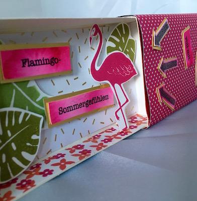 Flamingobox auf Blumenwiese
